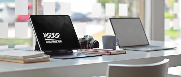 Vista laterale dell'ufficio del tavolo da lavoro con mockup di tavoletta digitale Psd Premium