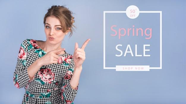 Mockup di vendita di primavera con donna alla moda Psd Premium