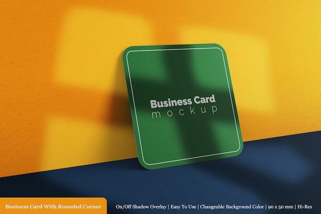 Biglietto da visita quadrato aziendale arrotondato mock up angolo con sovrapposizione di ombra Psd Premium