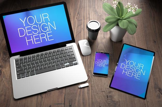 Tre dispositivi reattivi sul desktop in legno mock up Psd Premium