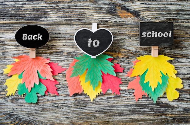Tre tipi di quaderni di gesso con foglie di autunno di carta colorata. autunno, concetto di caduta. Psd Premium