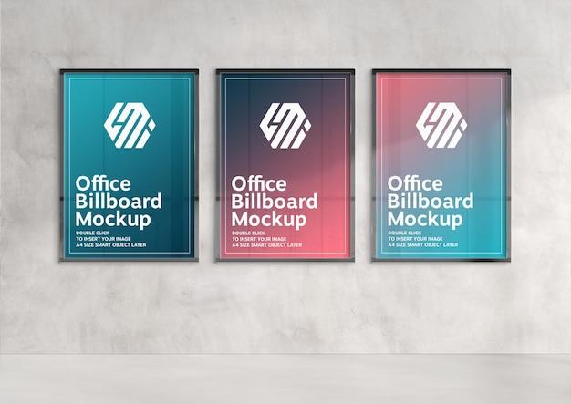 Tre cartelloni pubblicitari verticali che appendono sulla parete illuminata dal sole mockup Psd Premium