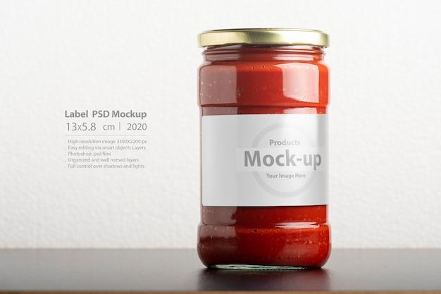 Vaso vetroso di pasta di pomodoro con tappo rotondo sulla tavola nera Psd Premium