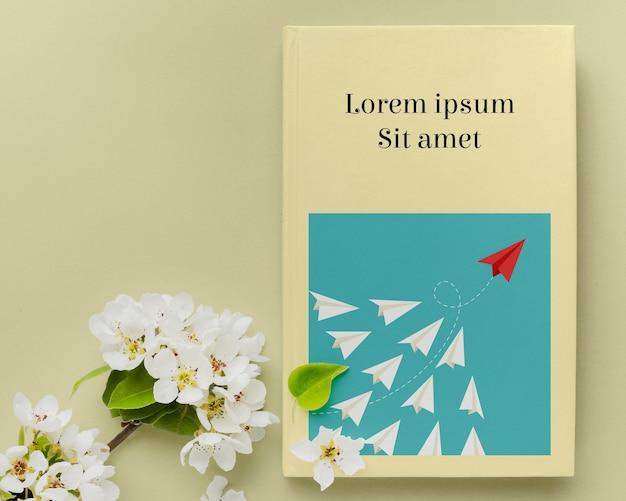 Disposizione di copertina del libro vista dall'alto Psd Premium
