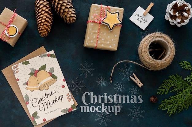 Vista dall'alto di artigianato natalizio con regalo Psd Premium