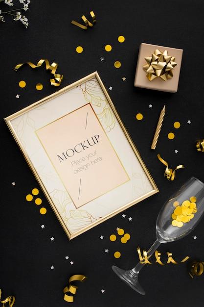 Vista dall'alto della cornice elegante compleanno con nastro d'oro e coriandoli Psd Premium