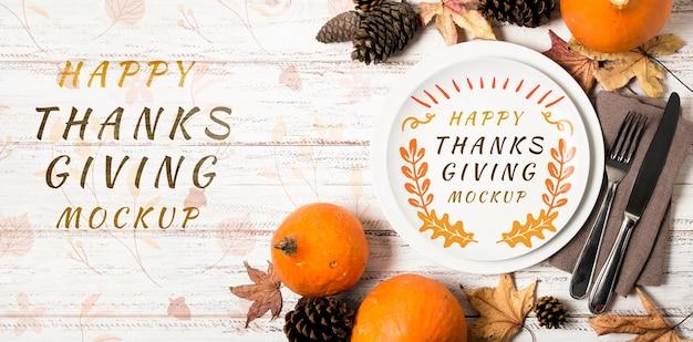 Mock-up del ringraziamento per frutta e foglie secche con vista dall'alto Psd Premium