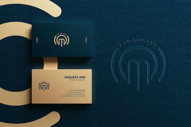 Biglietto da visita orizzontale di lusso vista dall'alto con mockup logo in rilievo Psd Premium