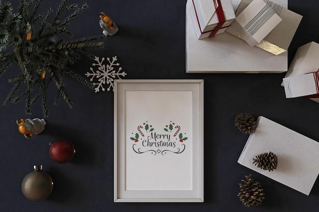 Vista dall'alto del mockup di cornice per poster con albero di natale, decorazioni e regali Psd Premium