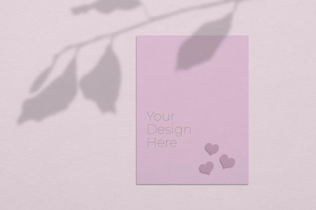 Mockup di concetto di giorno di san valentino di fogli di carta bianca con sovrapposizione di ombre di foglie di albero Psd Premium