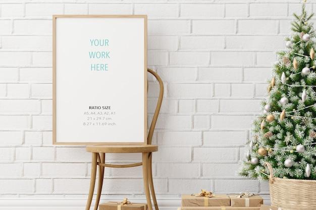 Mockup di cornice per foto poster in legno verticale e decorazioni natalizie Psd Premium