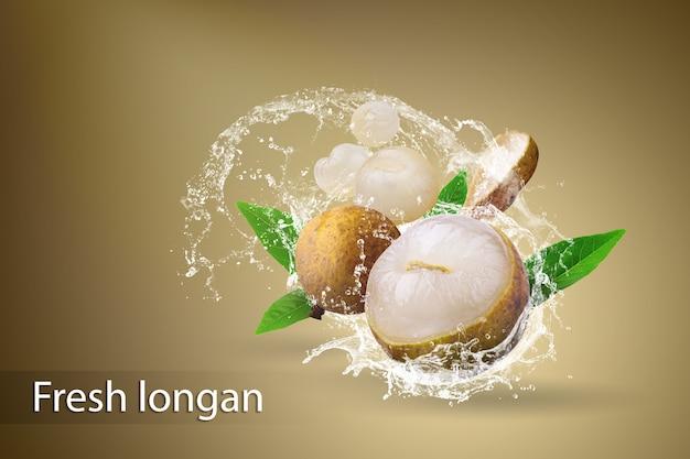 Spruzzi d'acqua sul longan fresco su uno sfondo scuro Psd Premium