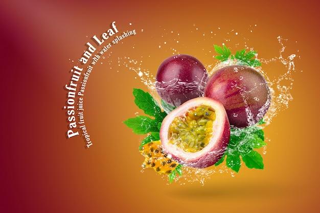 Spruzzi d'acqua di frutto della passione su sfondo rosso Psd Premium