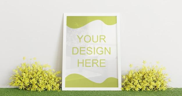 Modello bianco della struttura che sta sul tappeto dell'erba con la pianta decorativa delle coppie. cornice orizzontale Psd Premium