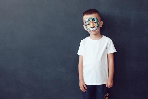 Giovane bambino carino che indossa un mockup di camicia Psd Premium
