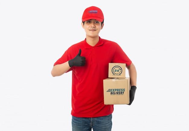 Giovane fattorino che tiene scatola di cartone di carta Psd Premium