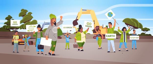 Attivisti in possesso di manifesti andare verde salvare pianeta sciopero concetto mix gara manifestanti campagna per proteggere la terra dimostrando contro il riscaldamento globale ritratto cava sfondo orizzontale Vettore Premium