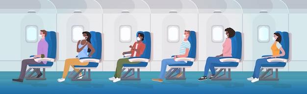 Pessengers in aereo che indossano maschere mediche per prevenire la prevenzione della pandemia di coronavirus covid-19 Vettore Premium