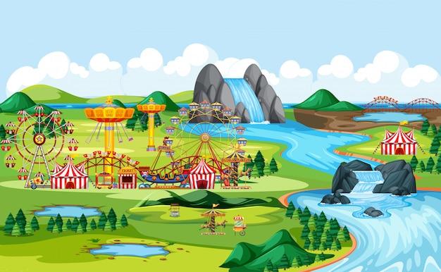 Parco divertimenti con circo e molte giostre paesaggio scena Vettore Premium