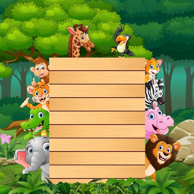 Animali con legno di segno in bianco nella foresta Vettore Premium