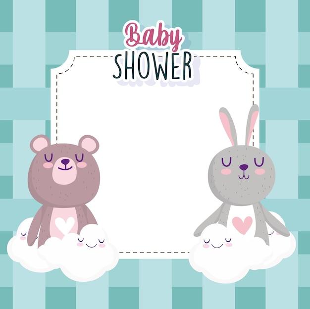 Cartolina d'auguri della doccia di bambino con l'illustrazione di vettore dell'illustrazione di vettore della decorazione delle nuvole dell'orso e del coniglietto Vettore Premium
