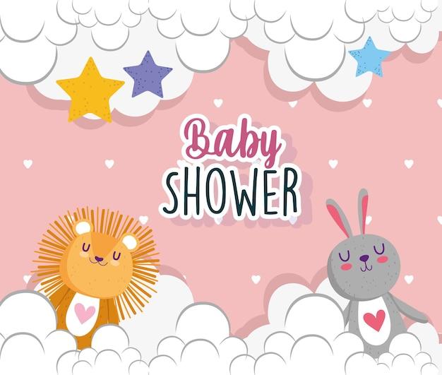 Baby doccia invito carta leone e coniglio nuvole stelle decorazione illustrazione vettoriale Vettore Premium