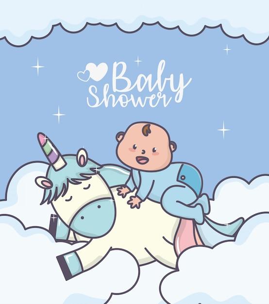 Ragazzino della doccia di bambino sulla carta sveglia delle nuvole dell'unicorno Vettore Premium