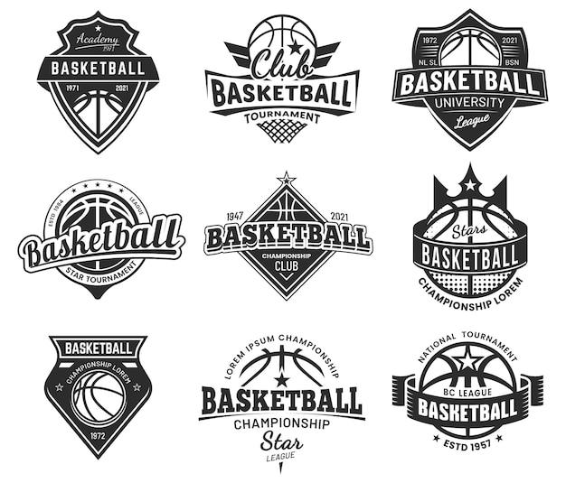 Distintivi del torneo di sport di squadra di pallacanestro, campionato universitario e club dei campioni, emblemi. cartelli di pallacanestro o streetball college e varsity, palla con ali e scudi a stella, striscioni Vettore Premium