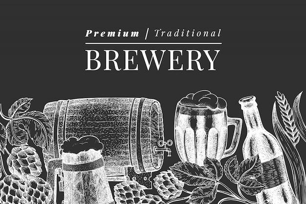 Modello di tazza e luppolo di vetro di birra. illustrazione disegnata a mano della bevanda del pub sul bordo di gesso. stile inciso. illustrazione di birreria retrò. Vettore Premium