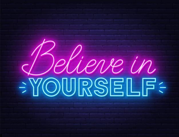 Credi in te stesso citazione ispiratrice al neon su un muro di mattoni. Vettore Premium