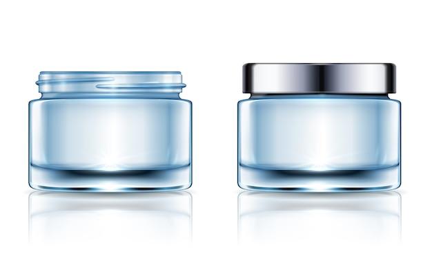 Set di barattoli di crema in bianco, modello di contenitori cosmetici blu isolato su sfondo bianco nell'illustrazione Vettore Premium