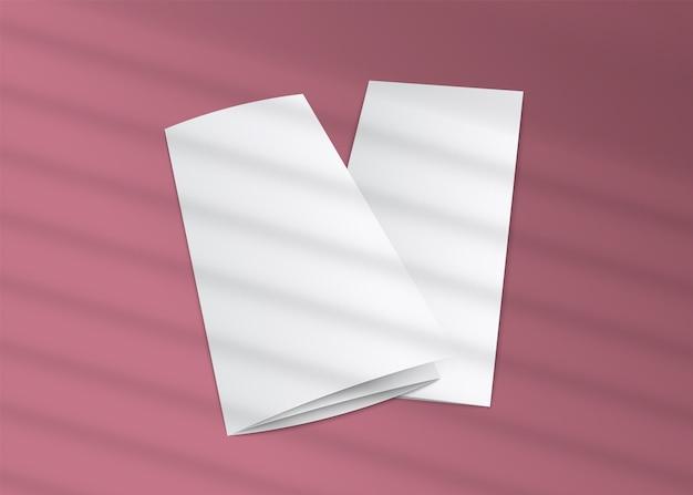 Opuscolo a tre ante in bianco con sovrapposizione di ombre di ombreggiature a strisce su sfondo rosa - realistico di volantini di carta bianca, Vettore Premium