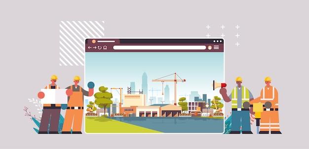 Costruttori e ingegneri in uniforme che lavorano al sito di costruzione digitale edificio concetto finestra browser web orizzontale Vettore Premium