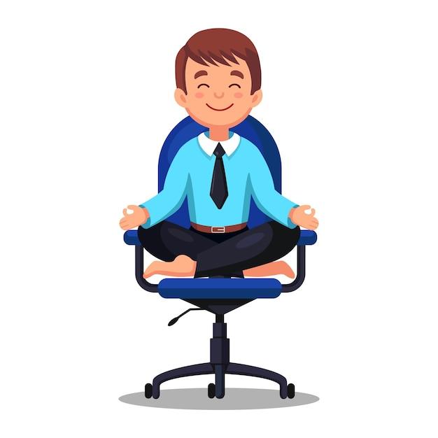 Uomo di affari che fa yoga sul posto di lavoro in ufficio. lavoratore seduto nella posizione del loto padmasana sulla sedia, meditando, rilassarsi, calmarsi e gestire lo stress Vettore Premium
