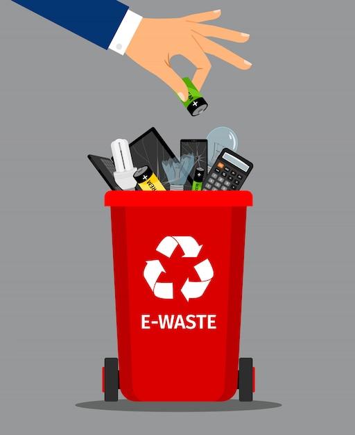 La mano dell'uomo d'affari ha messo la batteria in rifiuti Vettore Premium