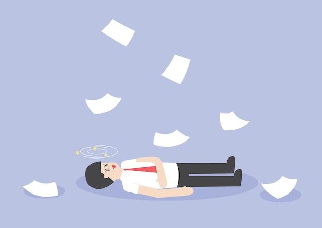 L'uomo d'affari lavora duro e incosciente sul pavimento Vettore Premium