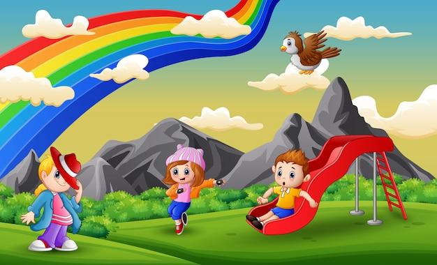 Bambini dei cartoni animati divertirsi al parco giochi Vettore Premium