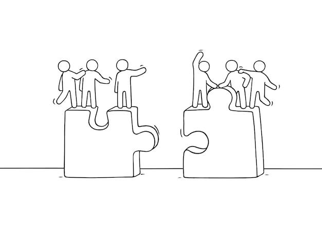 Cartone animato che lavora poca gente con i puzzle. doodle carino scena in miniatura di due squadre. illustrazione disegnata a mano per il design aziendale e sociale. Vettore Premium