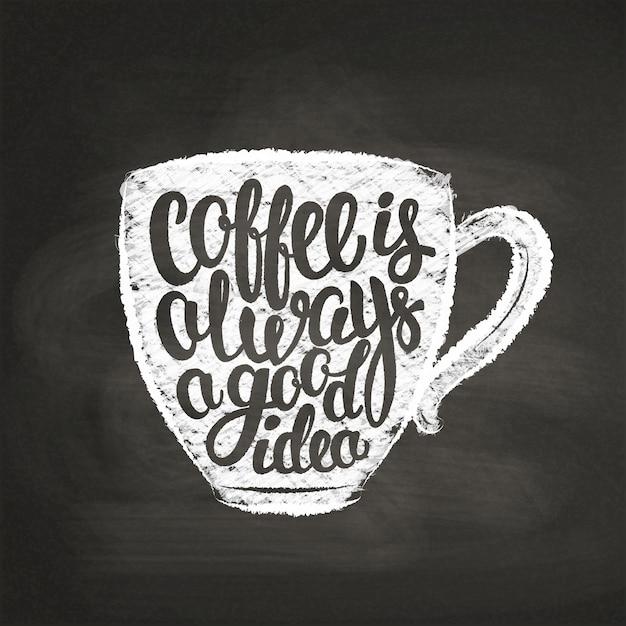 Sagoma coppa testurizzata gesso con scritte il caffè è sempre una buona idea sulla lavagna. tazza di caffè con citazione scritta a mano Vettore Premium