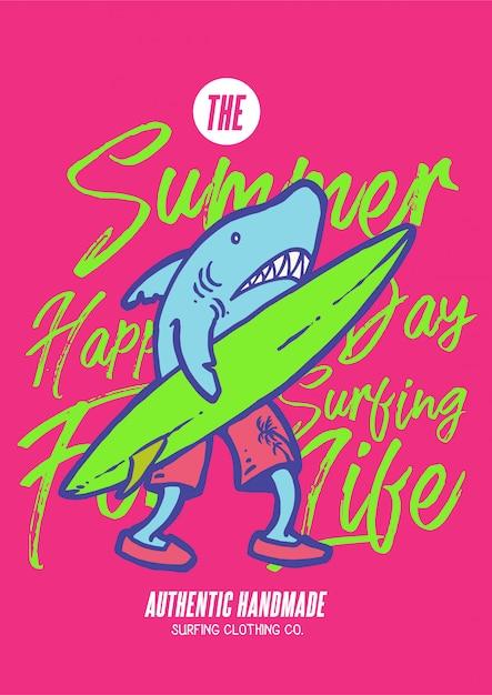Un carattere dello squalo che cammina con il surfboad e aspetta a praticare il surfing sull'oceano il giorno di estate nella retro illustrazione di vettore degli anni 80 Vettore Premium