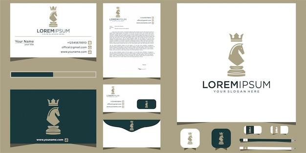 Logo di scacchi design cavallo con elementi decorativi Vettore Premium