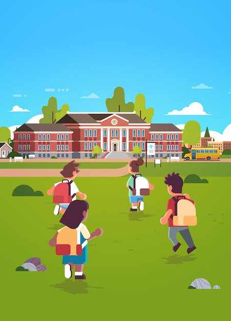 Gruppo di bambini con zaini in esecuzione per l'edificio scolastico educazione concetto mix gara vista posteriore alunni in cortile verde erba paesaggio sfondo piatto lunghezza verticale Vettore Premium