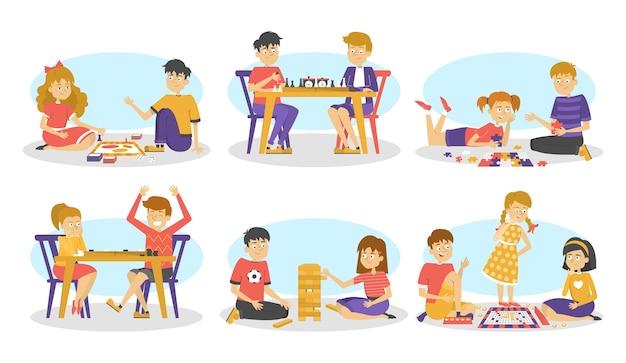Bambini che giocano insieme del gioco da tavolo. scacchi e dama, puzzle e giochi di parole. divertimento ed educazione. illustrazione in stile cartone animato Vettore Premium