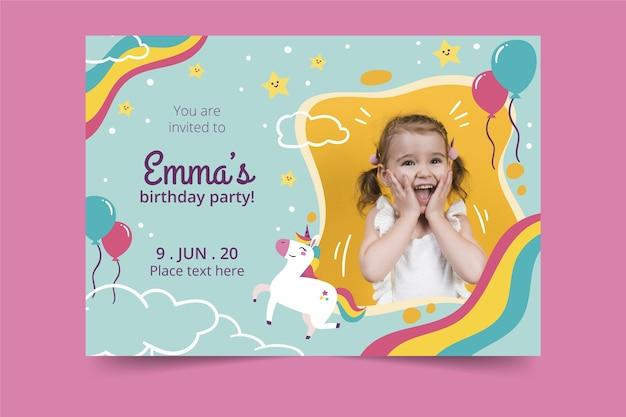 Disegno dell'invito di compleanno per bambini Vettore Premium