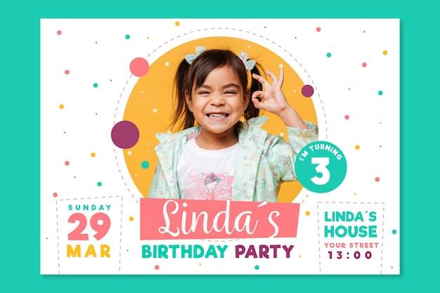 Modello dell'invito del biglietto di auguri per il compleanno del giorno dei bambini Vettore Premium