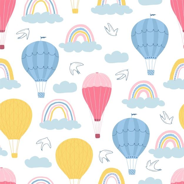 Modello senza cuciture dei bambini con gli aerostati, le nuvole e gli uccelli su fondo bianco. struttura carina per il design della camera dei bambini. Vettore Premium