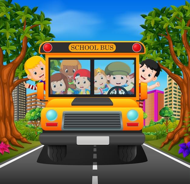 I bambini di uno scuolabus Vettore Premium