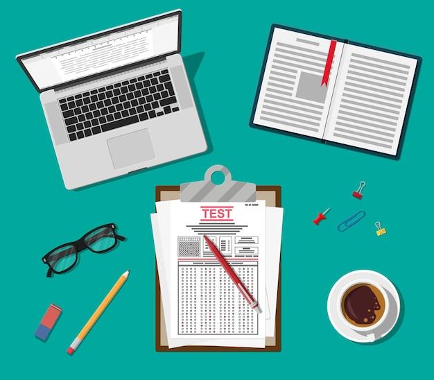 Appunti con moduli per sondaggi o esami e penna. documenti del quiz con risposta, pila di fogli con test di istruzione Vettore Premium