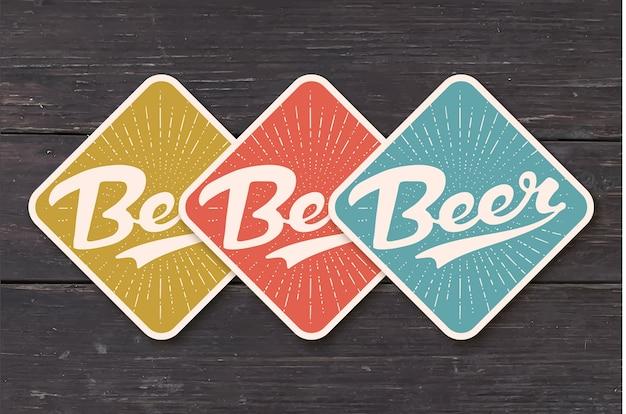 Sottobicchiere per birra con lettering disegnato a mano birra. disegno vintage a colori per temi di bar, pub e birra. sottobicchiere artigianale per appoggiare un boccale di birra o una bottiglia con scritte. Vettore Premium