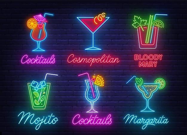 Cocktail margarita, blue hawaiian, mojito, bloody mary, cosmopolitan e tequila sunrise insegna al neon sul fondo del muro di mattoni. Vettore Premium